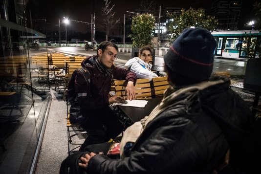 Les bénévoles Pierre et Habiba lors du recensement des sans-abri dans les rues du 19e arrondissement de Paris .