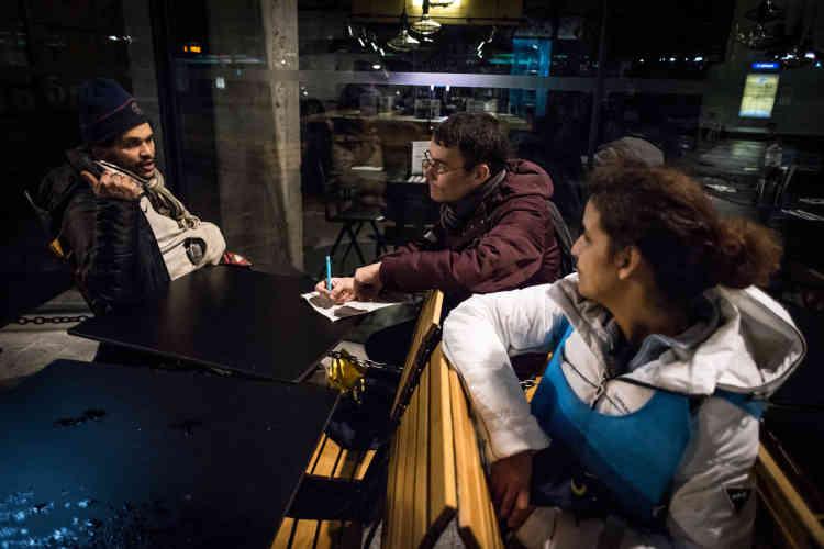 Pierre, un jeune père de famille fonctionnaire, et Habiba, cadre administrative au centre d'action sociale de Paris, soumettent leur questionnaire à un homme vivant dans la rue.