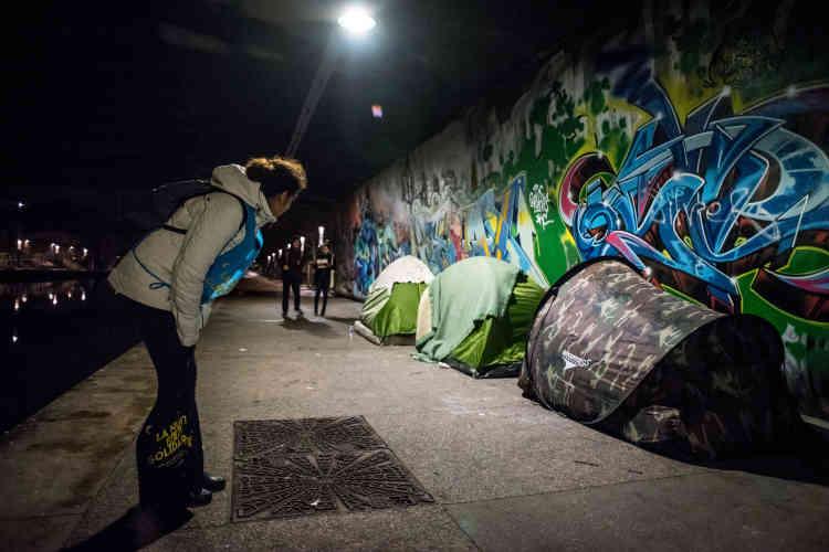 Les participants prennent garde de ne pas réveiller les personnes endormies et ne rentrent jamais dans les tentes fermées afin de respecter les espaces privés. Cesrègles ont été énoncées lors de la formation collective.