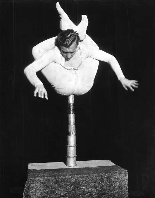 Marlo, l'homme-serpent, dans un exercice d'équilibriste sur des boîtes de conserve, à la Scala de Berlin, en 1930.