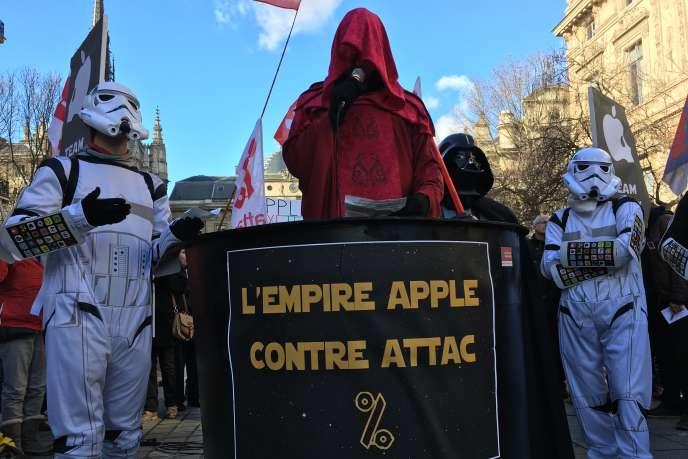 Des manifestants de l'association altermondialiste Attac, devant le Palais de justice de Paris, le 12 février 2008.