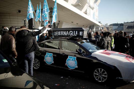 Mobilisation des chauffeurs de VTC, liée à l'augmentation de la commission d'Uber, à Paris, le 15 décembre 2016.