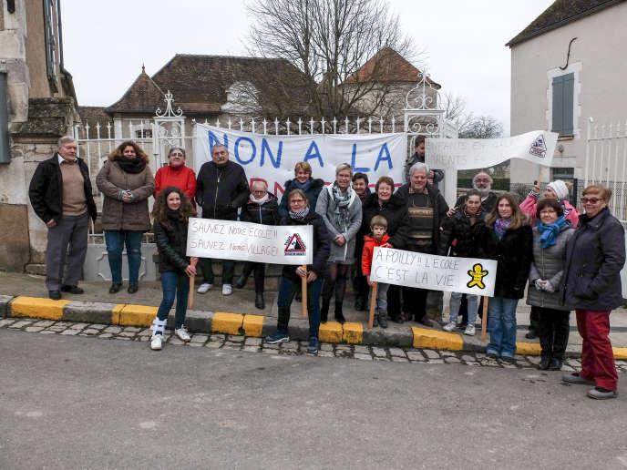 Des Poillysiens mobilisés devant l'école.