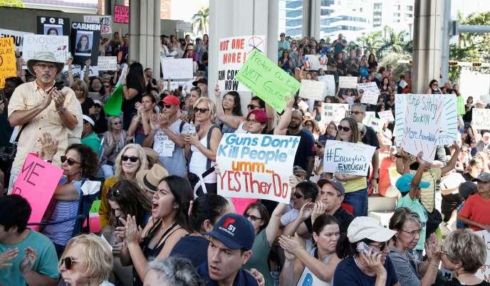 Des manifestants contre la libre circulation des armes à Fort Lauderdale en Floride, le 17 février.