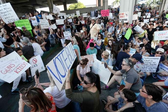 Des manifestants favorable au contrôle des armes à Fort Lauderdale.