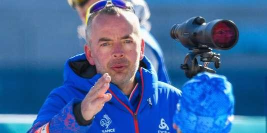 Franck Badiou, entraîneur de tir de l'équipe de France de biathlon, travaille lui-même le bois des crosses de carabines.