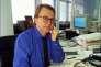 Daniel Vernet, à son bureau, en 1990.