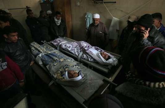 Les familles de Salam Sabah et Abdullah Abu Sheikha, 16 et 17 ans, durant leur veillée funèbre, le 18 février à Rafah, dans le sud de la bande de Gaza.