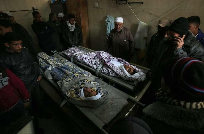 Les familles de Salam Sabah et Abdullah Abu Sheikha durant leur veillée funèbre, le 18 février à Rafah, dans le sud de la bande de Gaza.