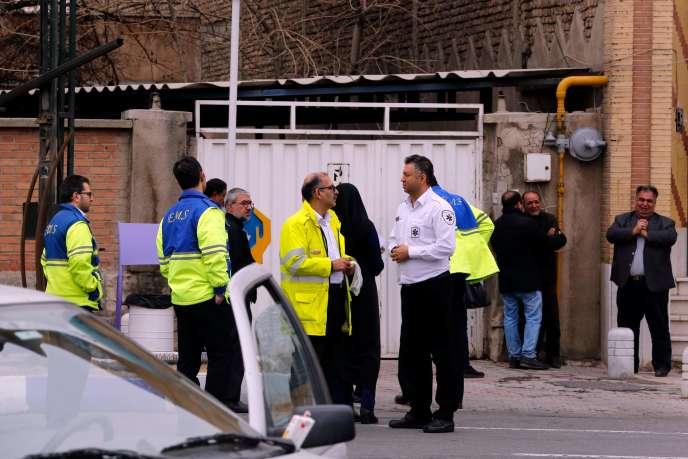 Des équipes de secours assistent les proches des passagers du volEP3704 dans une mosquée aux abords de l'aéroportMehrabad, à Téhéran, le 18 février.