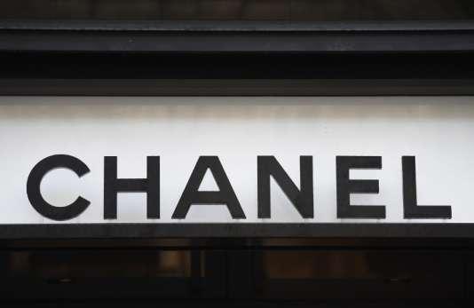 Devant un magasin Chanel, en décembre 2017 à Paris.