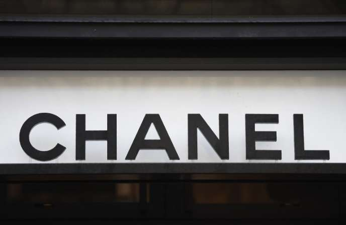 Devant un magasin Chanel, en décembre 2017 à Paris.