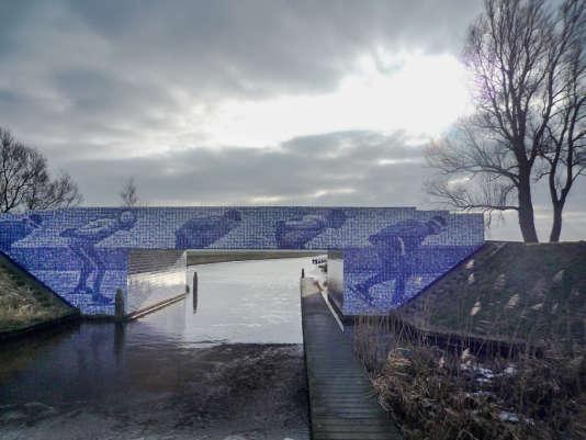 Le monument «It Sil Heve», en 2009.Conçu et réalisé par les artistes visuels Maree Blok et Bas Lugthart sur le pont Kanterlandse au-dessus du Murk. C'est le dernier pont sur la route d'Elfsteden, pour atteindre le Bonkevaart où se trouve la ligne d'arrivée.