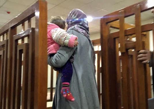 Mélina Bougedir avec un de ses enfants, à laCour pénale de Bagdad, le 19 février 2018.