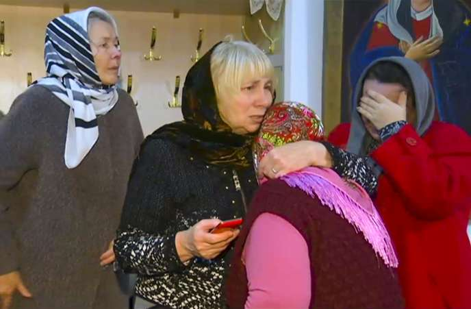 Des fidèles après l'attentat contre une église orthodoxe àKizliar (Daghestan), le 19 février.