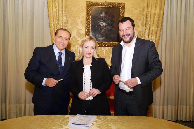Le chef de file de Forza Italia, Silvio Berlusconi, la présidente de Fratelli d'Italia, Giorgia Meloni, et le dirigeant de la Ligue du Nord, Matteo Salvini, lors de la signature de l'accord de coalition pour les législatives du 4 mars, à Rome, le 18 janvier.