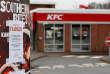 Un restaurants KFC fermé à Coalville (Royaume-Uni), le 19 février, en raison de problèmes de livraison de poulet.