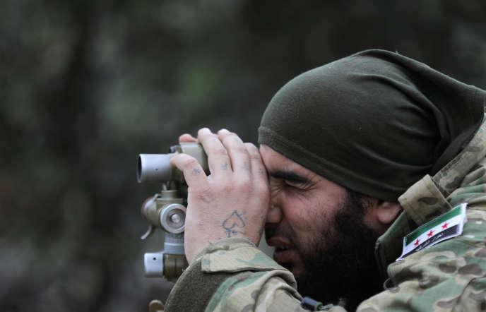 Un combattant de l'Armée syrienne libre (ASL) qui assiste la Turquie dans l'opération lancée le 20 janvier pour réduire l'enclave d'Afrin, contrôlée par les YPG.