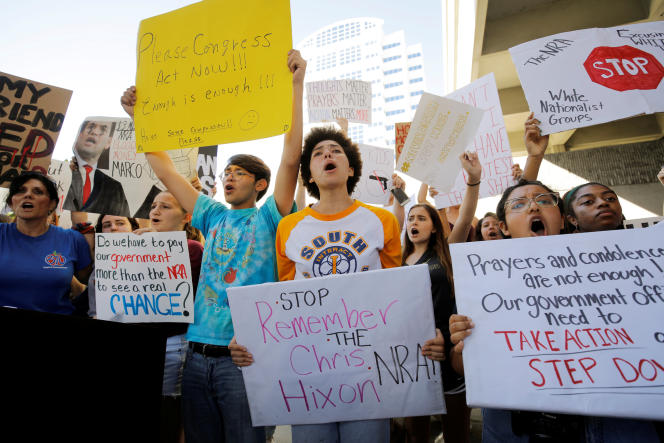 Des jeunes américains manifestent, à Fort Lauderdale, en Floride.