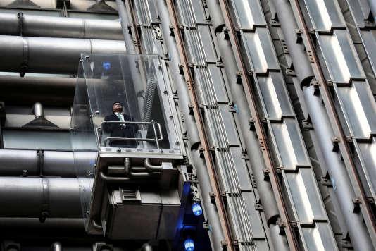 Le parc français d'ascenseurs est constitué de 530000 appareils dont 50 % ont plus de 25 ans. L'entretien d'un ascenseur coûte en moyenne 50 centimes par jour et par logement.
