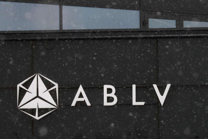 Devant un établissement de la banque ABLV à Riga, le 18 février.