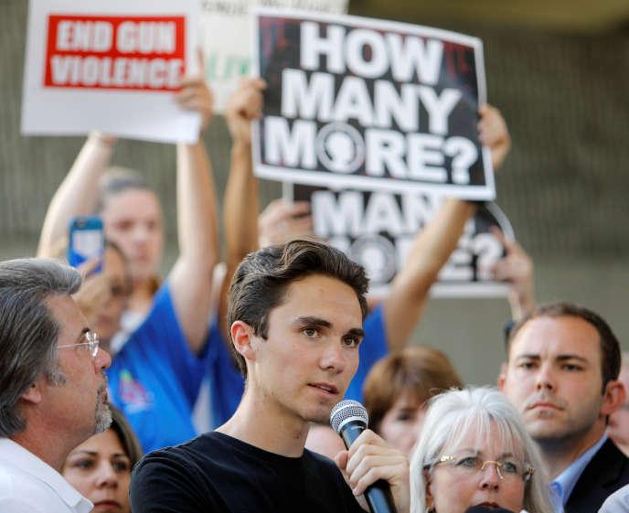 David Hogg lors d'un rassemblement le 17 février. Lui et les autres participants ont appelé à mieux contrôler la possession d'armes à feu.