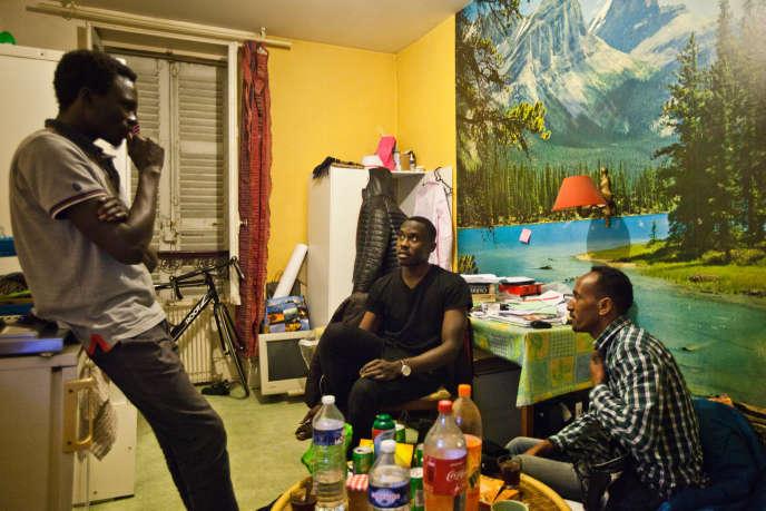 Le Soudanais Ahmed (au centre) et l'Erythréen Hassan (à droite), dans le nouveau studio d'un de leurs amis à Vichy, le 21 décembre 2017.
