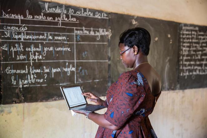 Hortense Sarr, enseignante à l'école élémentaire Mahecour-Diouf de Fatick, au Sénégal, perfectionne son français sur tablette avec un professeur en ligne.