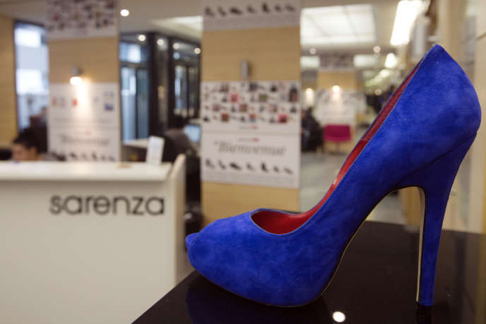 Sarenza dans les grands souliers de Monoprix 1b024ebb76db
