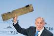 Benyamin Nétanyahou, à Munich, le 18 février. Le premier ministre israélien a brandi une plaque de métal qu'il a présenté comme un morceau du drone iranien intercepté le 10 février au-dessus d'Israël.