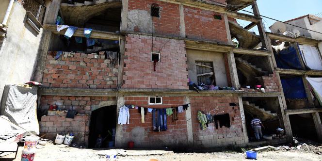 Un bâtiment en construction, squatté par des migrants subsahariens, à Alger, en mai 2016.