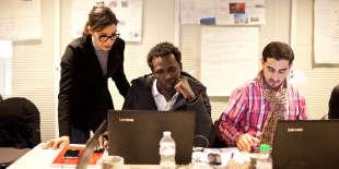 Un réfugié soudanais suit un cours de bureautique, dans le cadre d'un dispositif soutenu par Pôle Emploi, à Vichy, le 31 janvier 2018