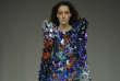 Mention spéciale à cette combinaison pantalon habillée de « tessons » multicolores, signéeJoshua Ha Youn Kim.