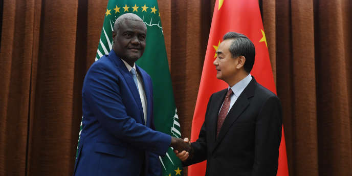 Le président de la Commission de l'Union africaine, Moussa Faki Mahamat, et le chef de la diplomatie chinoise, Wang Yi, à Pékin, le 8février 2018.