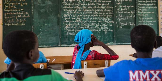 Dans une école de Mbissao, au Sénégal, des élèves suivent une leçon de français, en octobre 2017.