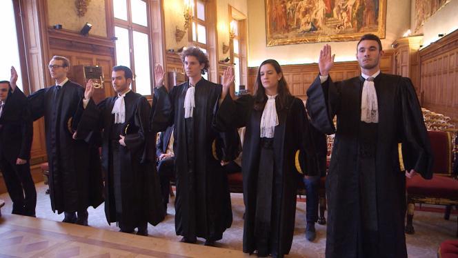 Les nouvelles recrues de la Cour des comptes s'entraînent à prêter serment pour l'Audience solennelle de 2017.
