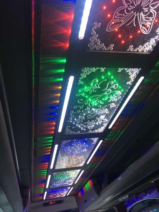 Bus quatre couleurs.