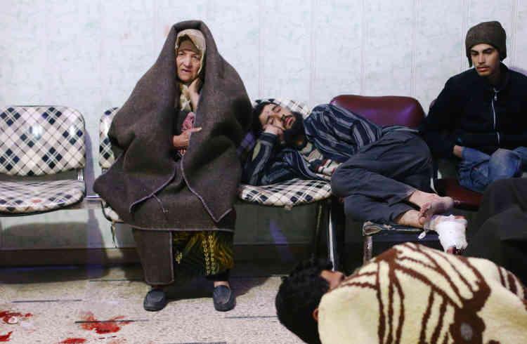 Des personnes patientent dans un hôpital de fortune, à Douma, le 20février.