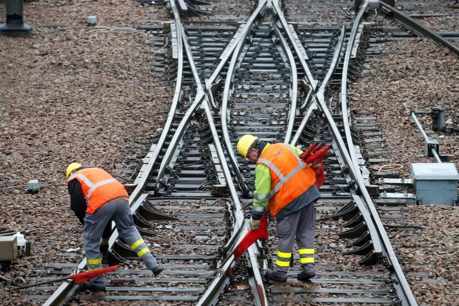 Des cheminots travaillent en région parisienne.