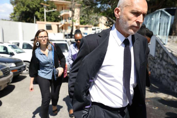 Le directeur régional d'Oxfam, Simon Ticehurst, à la sortie d'une rencontre avec le ministre Aviol Fleurant, à Port-au-Prince, le 19février.
