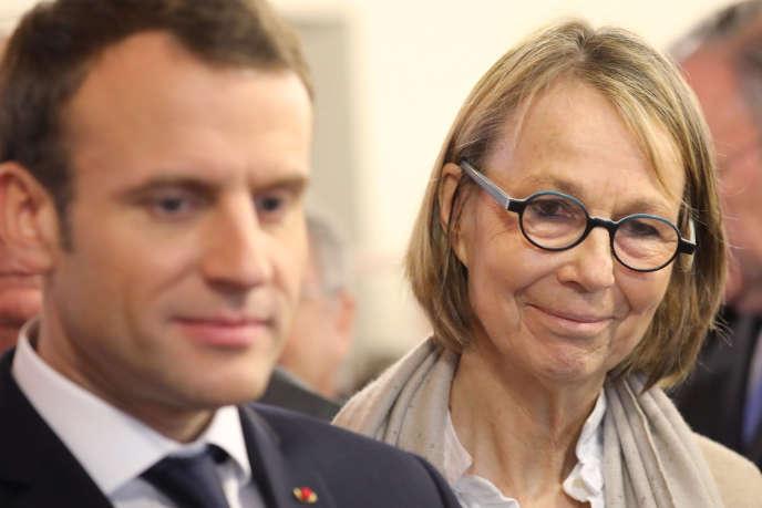 Françoise Nyssen, ministre de la culture, aux côtés d'Emmanuel Macron, aux Mureaux (Yvelines), le 20 février.