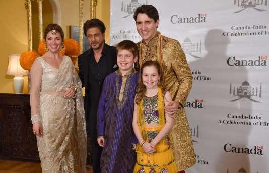 Justin Trudeau et sa famille ont posé avec la star bollywoodienne, Shahrukh Khan à Bombay, le 20 février.