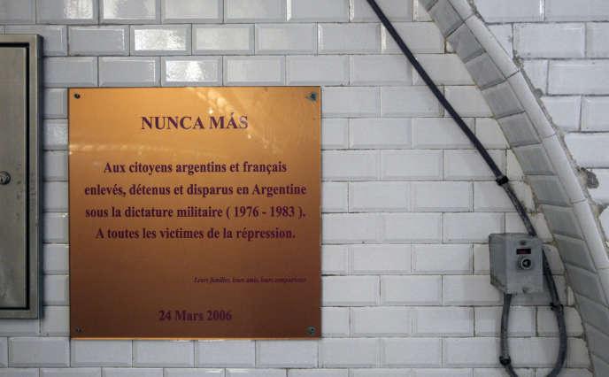 « Nunca más », « jamais plus ». Plaque commémorative dans la station de métro Argentine, dans l'ouest de Paris.