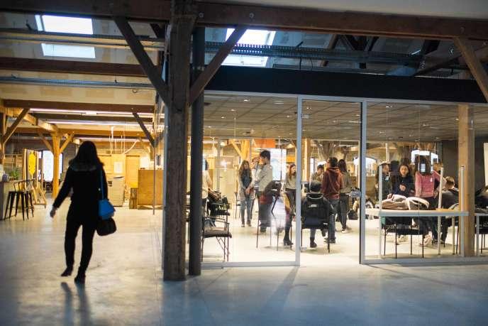 Séance de « bonjour » pour des élèves du lycée Edgar Morin, à Bordeaux, au sein de l'espace de coworking de Darwin, lieu alternatif.