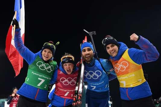 La joie des Français après leur médaille d'or en biathlon.