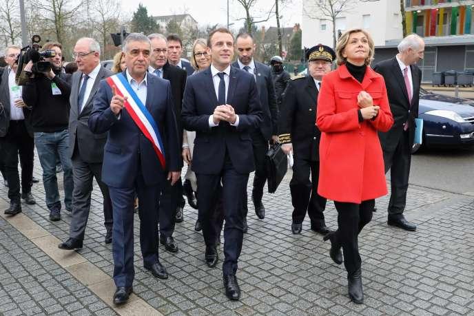 François Garay, maire des Mureaux (Yvelines), Emmanuel Macron, etValérie Pécresse, présidente de la région Ile-de-France, aux Mureaux, le 20 février.