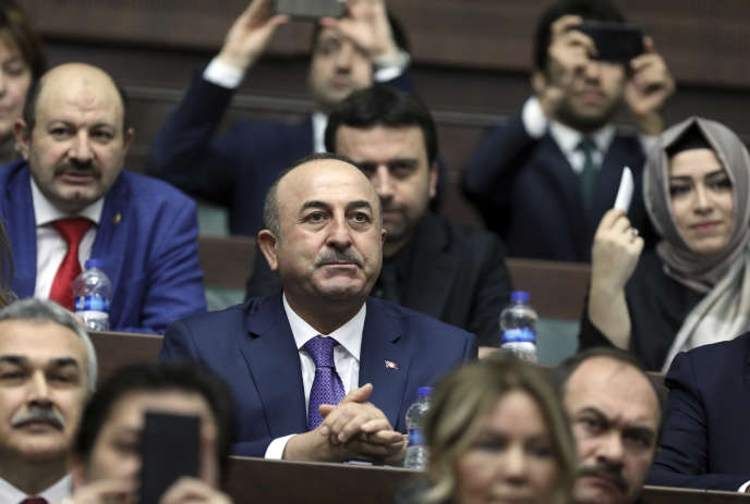 Le ministre des affaires étrangères turc, Mevlüt Cavusoglu, a critiqué une décision «populiste», qui n'est «contraignante d'aucune façon» et qui «reflète le racisme, le sentiment antiturc et l'islamophobie croissants en Europe».