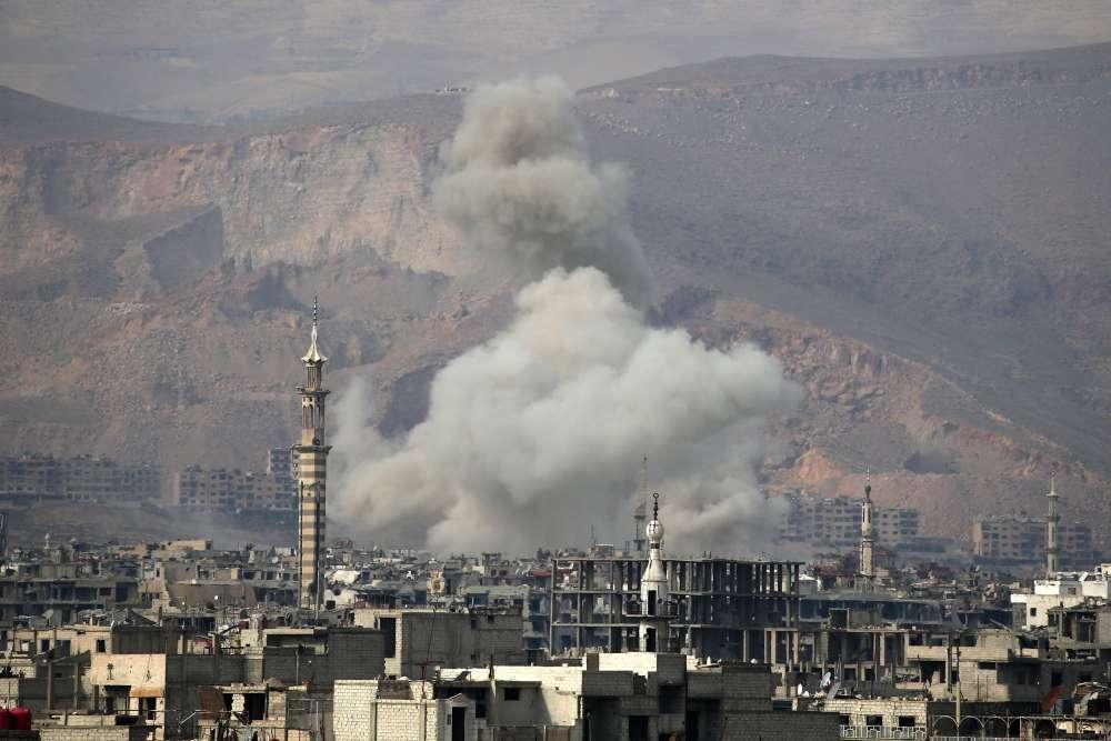 Un raid aérien dans la ville de Hamouria, dans la région de la Ghouta orientale, le 20février.Le 5février, l'armée avait déjà déclenché une campagne aérienne de cinq jours d'une intensité inédite sur la Ghouta, faisant environ 250morts parmi les civils et des centaines de blessés. Elle a, depuis, massé des renforts tout autour de cette ancienne zone agricole qu'elle assiège depuis2013.