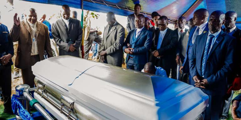 Le cercueil de Morgan Tsvangirai, mort du cancer le 14 février 2018, est inhumé dans son village de Humanikwa, près de Buhera une semaine plus tard.