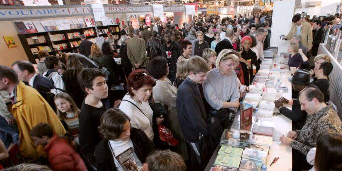 Séance de dédicaces lors du 26e Salon du livre, dédié à la francophonie, à Paris, le 19 mars 2006.